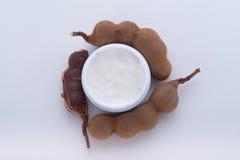 Vochtinbrengende crème uit tamarinde wordt gehaald die Stock Foto's
