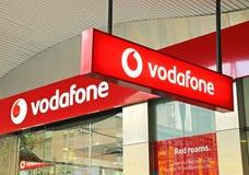 Vodafone es una compañía de telecomunicaciones multinacional británica que tiene ramas a través del mundo tal como éste en Melbou Imágenes de archivo libres de regalías