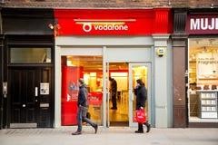 Vodafone llama por teléfono a la tienda Fotografía de archivo