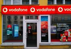 Vodafone logo przy wejściem firmy biuro w Praga obrazy stock
