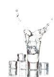 Vodca e gelo de vidro Fotografia de Stock Royalty Free