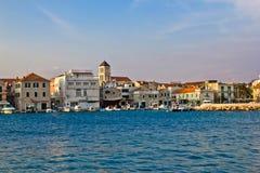 亚得里亚海的达尔马提亚城镇vodice江边 库存照片