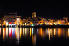 Vodice Croazia all'ora blu di crepuscolo crepuscolare sul pomeriggio di estate a Immagini Stock