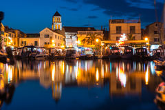 Vodice Croazia all'ora blu di crepuscolo crepuscolare sul pomeriggio di estate a Fotografia Stock Libera da Diritti
