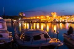 Vodice Croazia all'ora blu di crepuscolo crepuscolare sul pomeriggio di estate a Immagine Stock