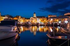 Vodice Croazia all'ora blu di crepuscolo crepuscolare sul pomeriggio di estate a Fotografia Stock