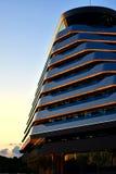 Vodice Kroatien - Maj 24 2019: Olympia Sky hotell, modern arkitekturdetalj som är mörk - tonned blått arkivbild