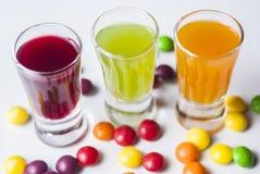 Vodka avec la sucrerie colorée images libres de droits