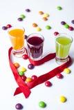 Vodka con la caramella variopinta fotografie stock libere da diritti