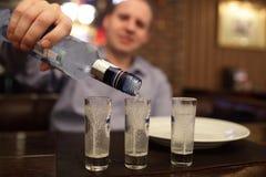 Vodka de colada del hombre Imágenes de archivo libres de regalías