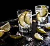 Vodka de plan rapproché dans un verre avec de la glace, vodka de chaux, genièvre, tonique, tequila photo stock