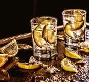 Vodka de plan rapproché dans un verre avec de la glace, vodka de chaux, genièvre, tonique, tequila photographie stock libre de droits