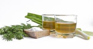 Vodka del pepe in due vetri trasparenti, cipolle verdi, aneto, pane di segale e sale grosso - natura morta fotografie stock