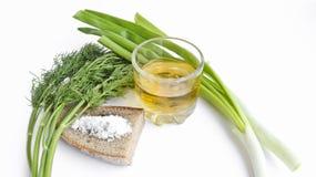 Vodka del pepe in un vetro trasparente, nelle cipolle verdi, in un aneto, in un pane di segale ed in un sale grosso - natura mort immagini stock libere da diritti