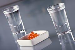 Vodka ed uova rosse fotografia stock libera da diritti
