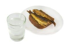 Vodka et apéritifs russes - pain et poissons photographie stock