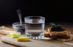 vodka et caviar noir sur le pain photo stock