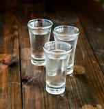 Vodka fredda in un vetro su una tavola di legno Immagine Stock Libera da Diritti