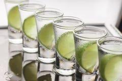 Vodka, genièvre, tequila avec la chaux cocktail photo stock