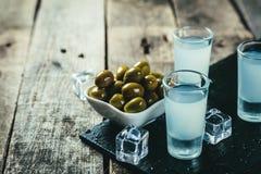 Vodka grecque traditionnelle - ouzo dans des verres à liqueur images libres de droits