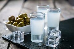 Vodka grecque traditionnelle - ouzo dans des verres à liqueur images stock