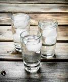 Vodka i ett skjutit exponeringsglas och iskuber arkivfoto