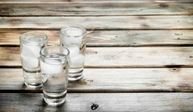 Vodka i ett skjutit exponeringsglas och iskuber arkivfoton