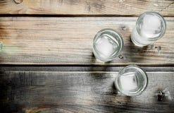 Vodka i ett skjutit exponeringsglas och iskuber royaltyfri foto