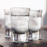 Vodka med is i ett exponeringsglas Fotografering för Bildbyråer