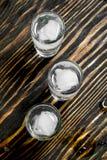 Vodka med iskuber i ett skjutit exponeringsglas fotografering för bildbyråer