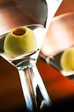 Vodka o gin martini con oliva Fotografie Stock Libere da Diritti