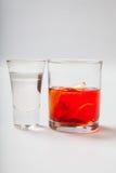 Vodka och en coctail på en vit bakgrund royaltyfri bild
