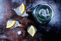 Vodka ou genièvre ou tequila dans des verres à liqueur sur la table en pierre photo libre de droits