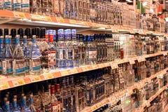 Vodka på hyllorna i en supermarket Royaltyfri Fotografi