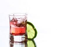 Vodka roja con la cal en blanco imagenes de archivo