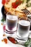Vodka russa con i pancake ed il caviale rosso Fotografie Stock Libere da Diritti