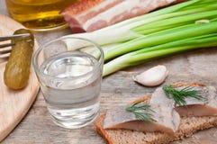 Vodka, salladslök, gurka och bacon Royaltyfri Fotografi