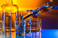 Vodka sulla tavola di vetro fotografie stock libere da diritti