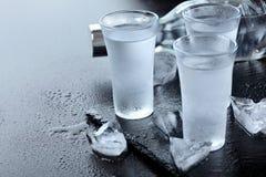 vodka Tiros, vidros com vodca com gelo Fundo de pedra escuro Copie o espaço Foco seletivo imagem de stock