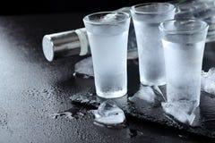 vodka Tiros, vidros com vodca com gelo Fundo de pedra escuro Copie o espaço Foco seletivo fotografia de stock royalty free