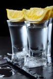 vodka Tiros, vidros com vodca com limão Fundo de pedra escuro Copie o espaço closeup Foco seletivo fotos de stock
