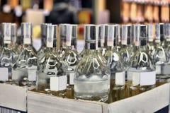 Vodka in una scatola di cartone Immagine Stock Libera da Diritti