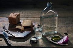 Vodka, verduras y pan y sal en la tabla Fotos de archivo libres de regalías