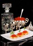 Vodka y caviar en las mercancías de plata imágenes de archivo libres de regalías