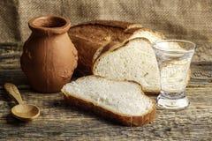 Vodka y pan rústicos, el contexto de la aún-vida de la madera vieja Imagenes de archivo