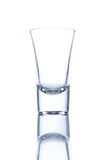 Vodkaexponeringsglas som isoleras på vit bakgrund med en reflexion Arkivfoto