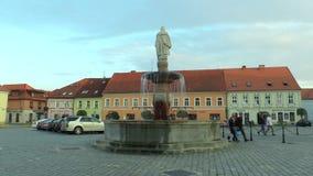 VODNANY, REPUBBLICA CECA, IL 2 SETTEMBRE 2018: Quadrato nella città Vodnany con una fontana e una statua di libertà dal 1928 stock footage