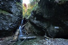 Vodopad de Kaplnkovy, através de Ferrata HZS Kysel, raj de Slovensky, Eslováquia imagem de stock royalty free