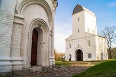 Vodovzvodnaya在博物馆庄园Kolomenskoye的水塔 从圣乔治` s教会的钟楼的脚的看法 库存照片