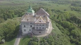 Voe afastado no zangão do castelo histórico e no parque em Olesko - sightseeing ucraniano famoso vídeos de arquivo
